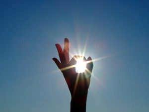 30877-silhouette-of-a-female-hand-the-blue-sky-and-the-bright-sun